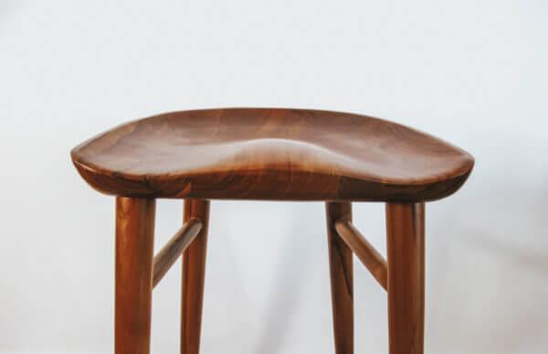 drewniany stolek barowy hoker