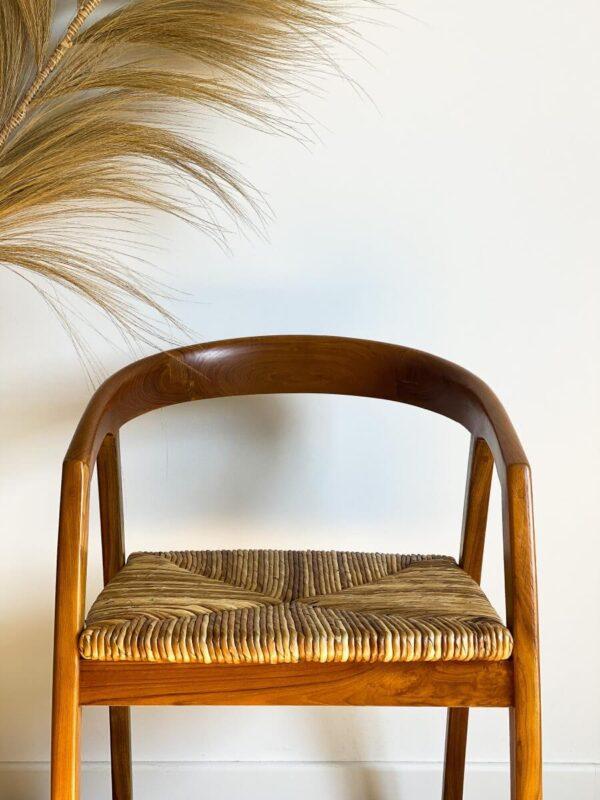 drewniane krzeslo z trawa morska