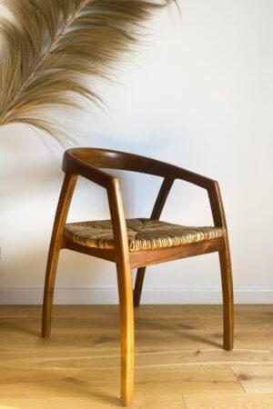 krzeslo drewniane z trawa morska