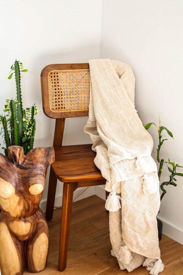 krzesło rattanowe z drewnianym oparciem